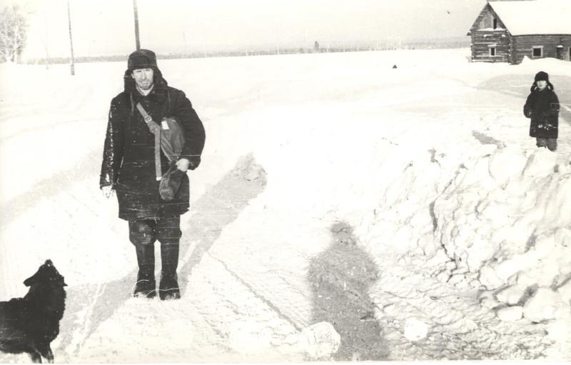 Письмоносец подходит к деревне Росляки. Халтуринский район Кировской обл. 1972 год