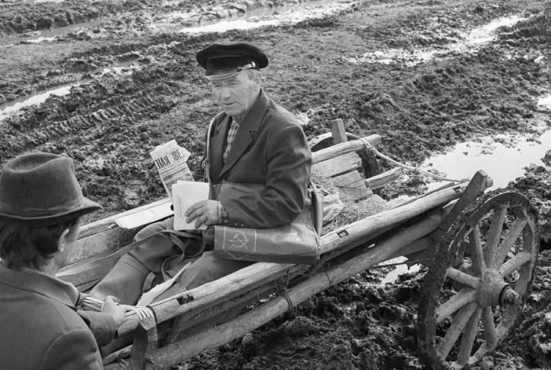 Почтальон Иван Фроленков на работе в распутицу. 1987. Вщиж, Брянская область.