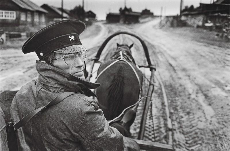 Почтальон села Койнас Архангельской области Олег Ларионов. 1988. Фотограф Павел Кривцов