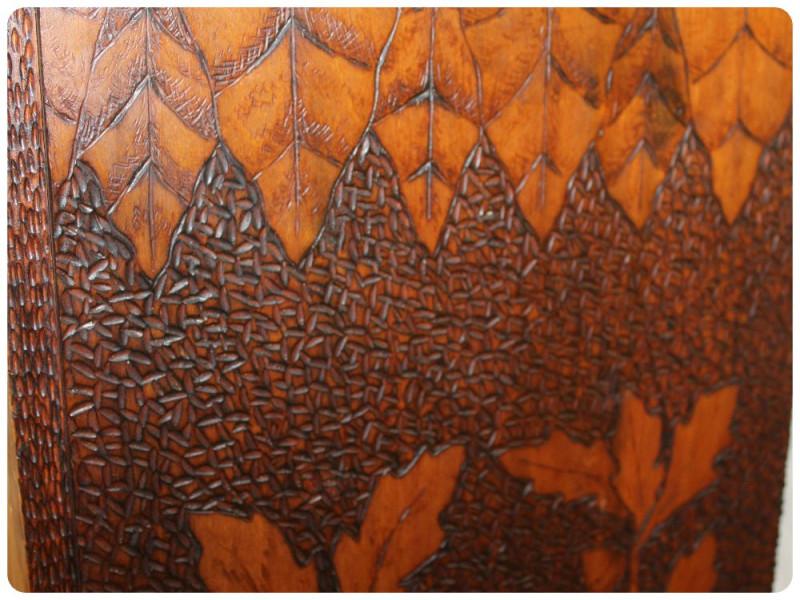 Фрагмент книжного шкафа. Фото: https://www.bargainjohn.com/