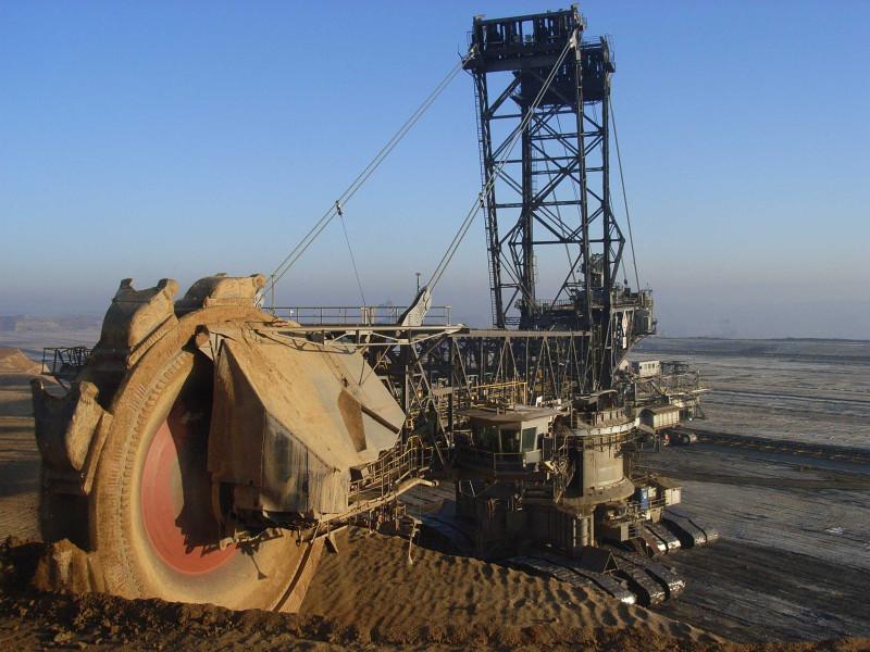 добывается руда взрывным способом