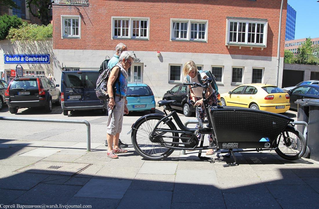 Необычный велосипед и его владелица есть женщины в разных селеньях