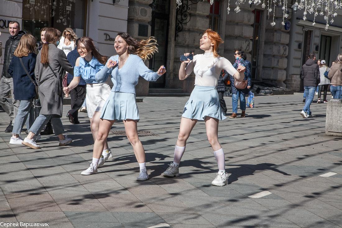 Дали лето, девушки раздеваются и танцуют