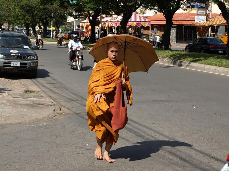 Шел монах по городу