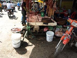 Рынок в Пном Пене. И собака пристроилась :)