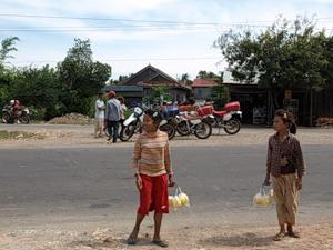 Девочки продают нарезанный ананас