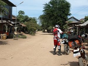 Такая, например, деревня. Слева виден дом на сваях.