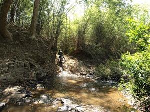 А кхмер и в ус не дует, что тут трудная дорога :)