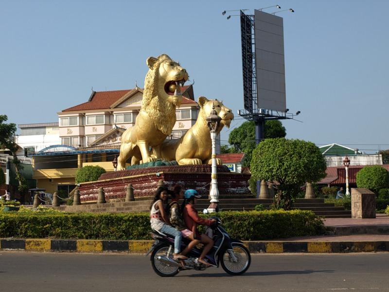 Знаменитые золотые львы. Но не Венецианские, фестивальные, а Сиануквильские, курортные :)