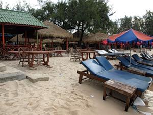 Пляж Сиануквиля вовнутрь. Да, называется романтично - Serendipity Beach