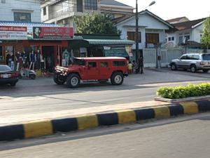 Как вы думаете, кому в Камбодже может понадобиться красный Хамер? Конечно, нам, русским - без этого никуда :)