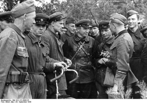 Bundesarchiv_Bild_101I-121-0008-25,_Polen,_Treffen_deutscher_und_sowjetischer_Soldaten