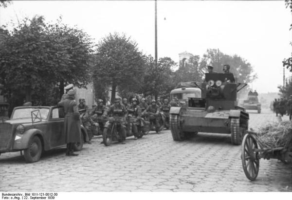 Bundesarchiv_Bild_101I-121-0012-30,_Polen,_deutsch-sowjetische_Siegesparade,_Panzer