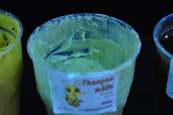 Первый раз в жизни вижу мед зеленого цвета, но вкусно.