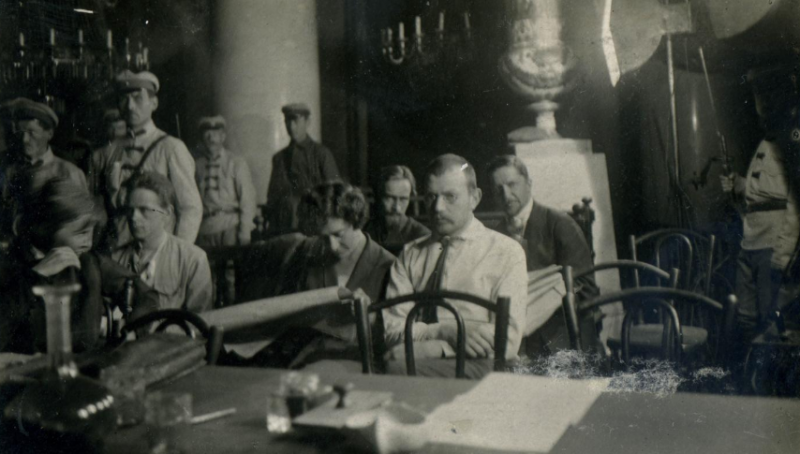 Суд над эсерами в 1922 году. В белой рубашке и галстуке — по моему предположению, тот самый Семёнов