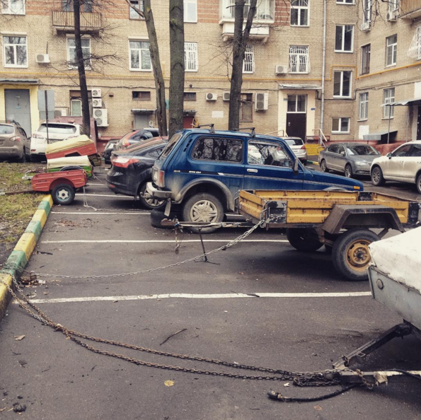 2015-12-26 22-25-15 Victor Borisov в Instagram  «Вполне легальный способ  застолбить  парковочное место во дворе. На заднем