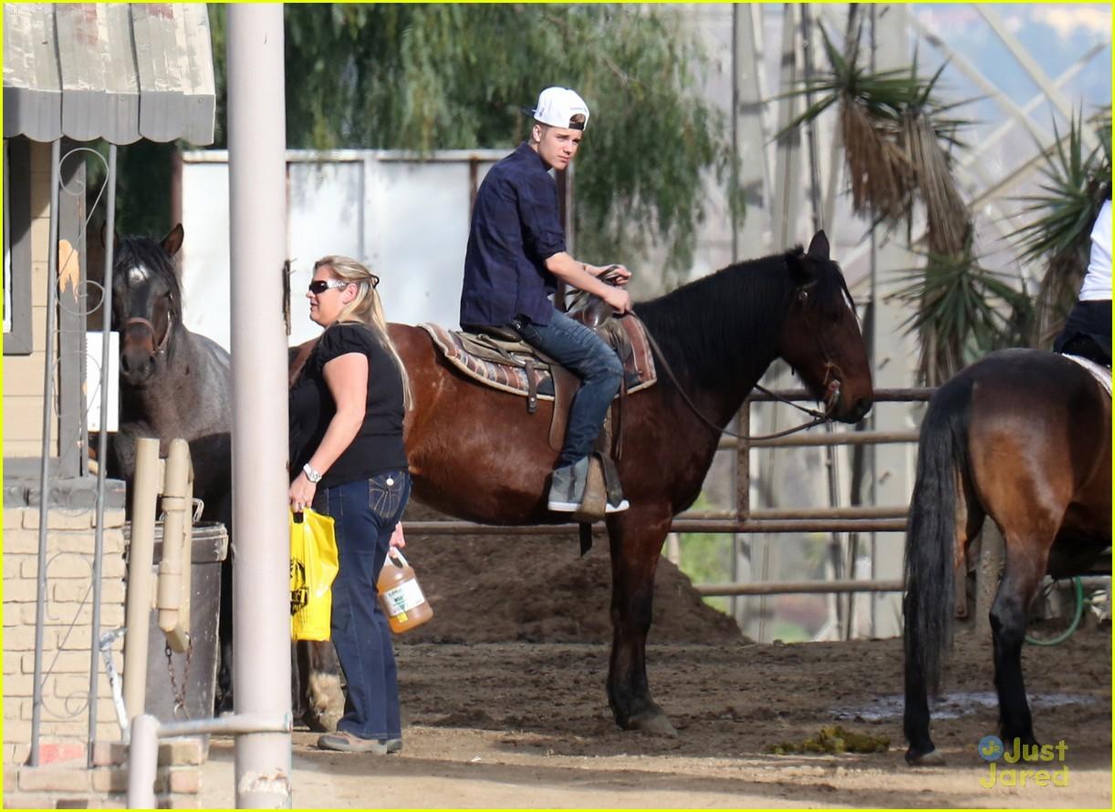 justin-bieber-horseback-ride-10