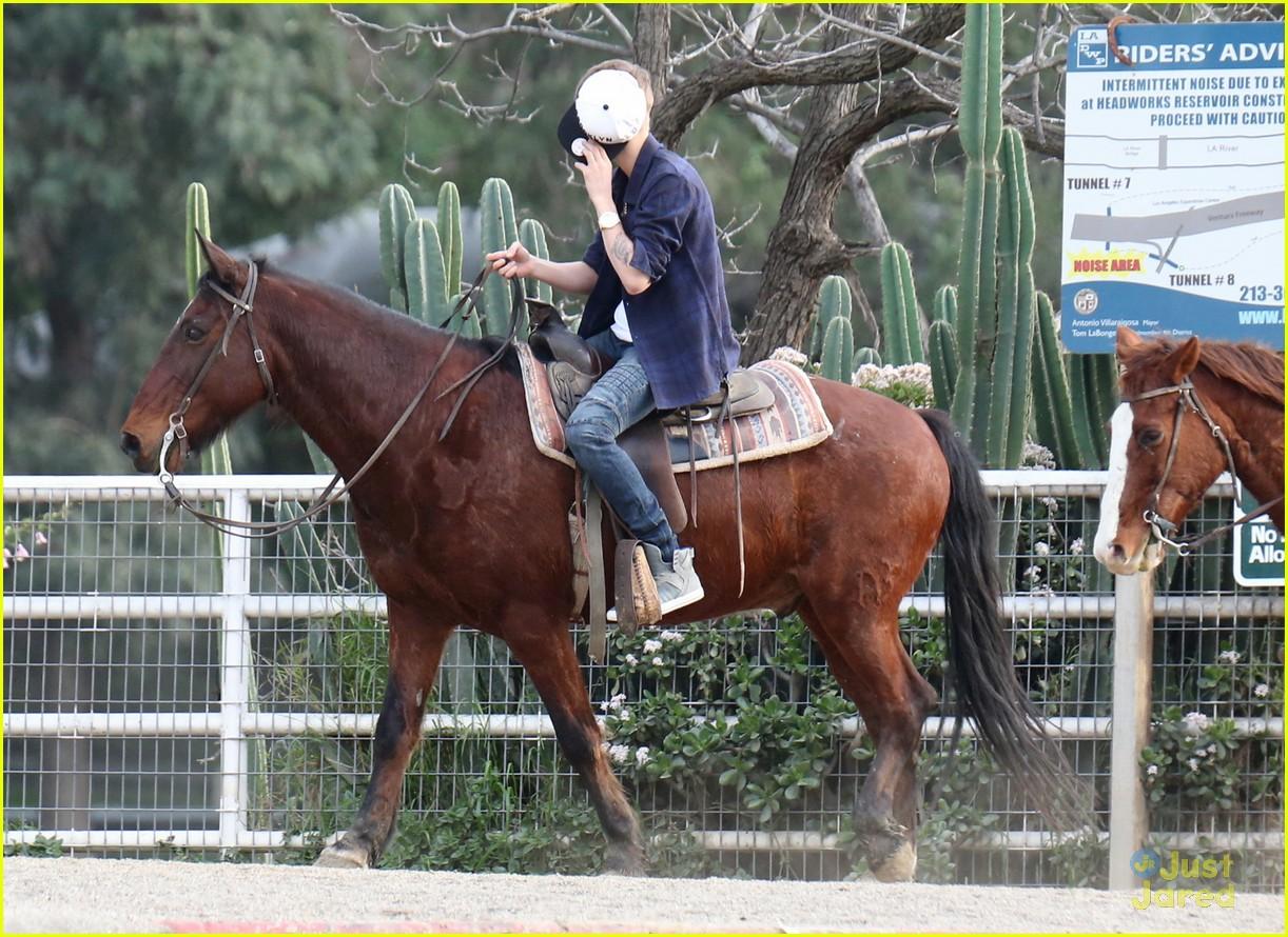 justin-bieber-horseback-ride-05