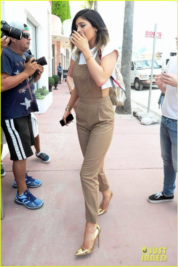 kim-kardashian-steals-kylie-jenners-bikini-21
