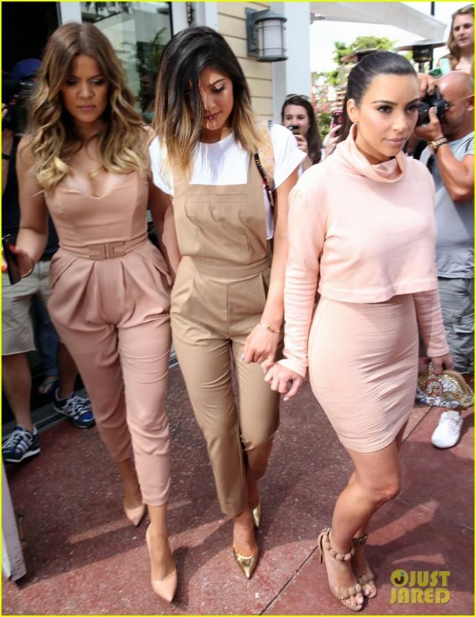 kim-kardashian-steals-kylie-jenners-bikini-02