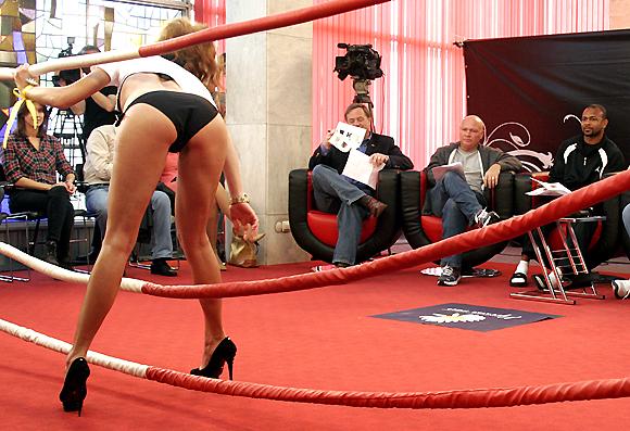 помогает девушки в ринге голые остается