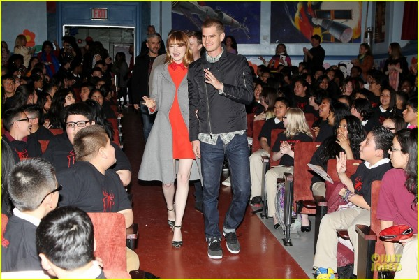 andrew-garfield-emma-stone-heart-of-gold-at-volunteer-day-17