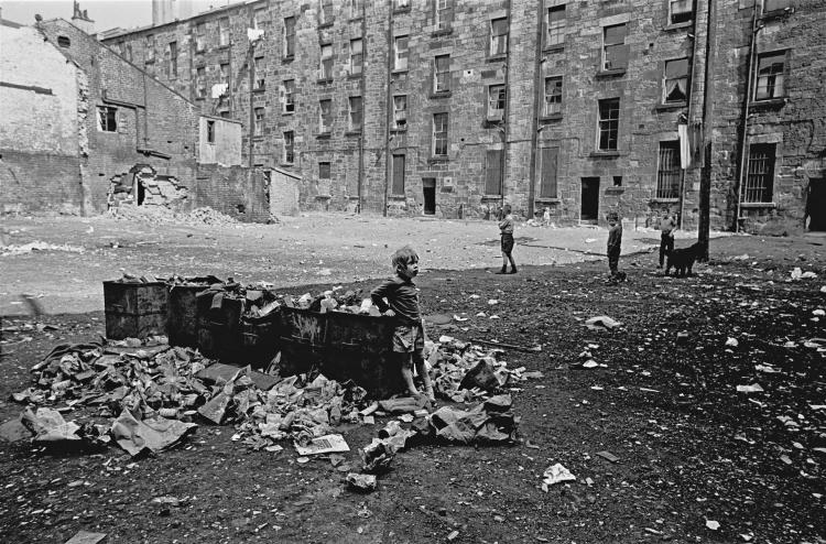 Child-playing-in-tenement-courtyard-Maryhill-Glasgow-1971