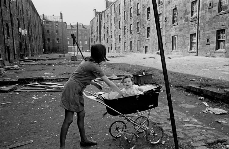 mother-and-baby-in-Gorbals-tenement-courtyard-1970