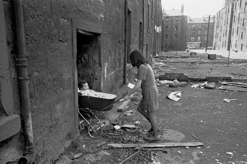mother-and-baby-in-Gorbals-tenement-courtyard-1970-2