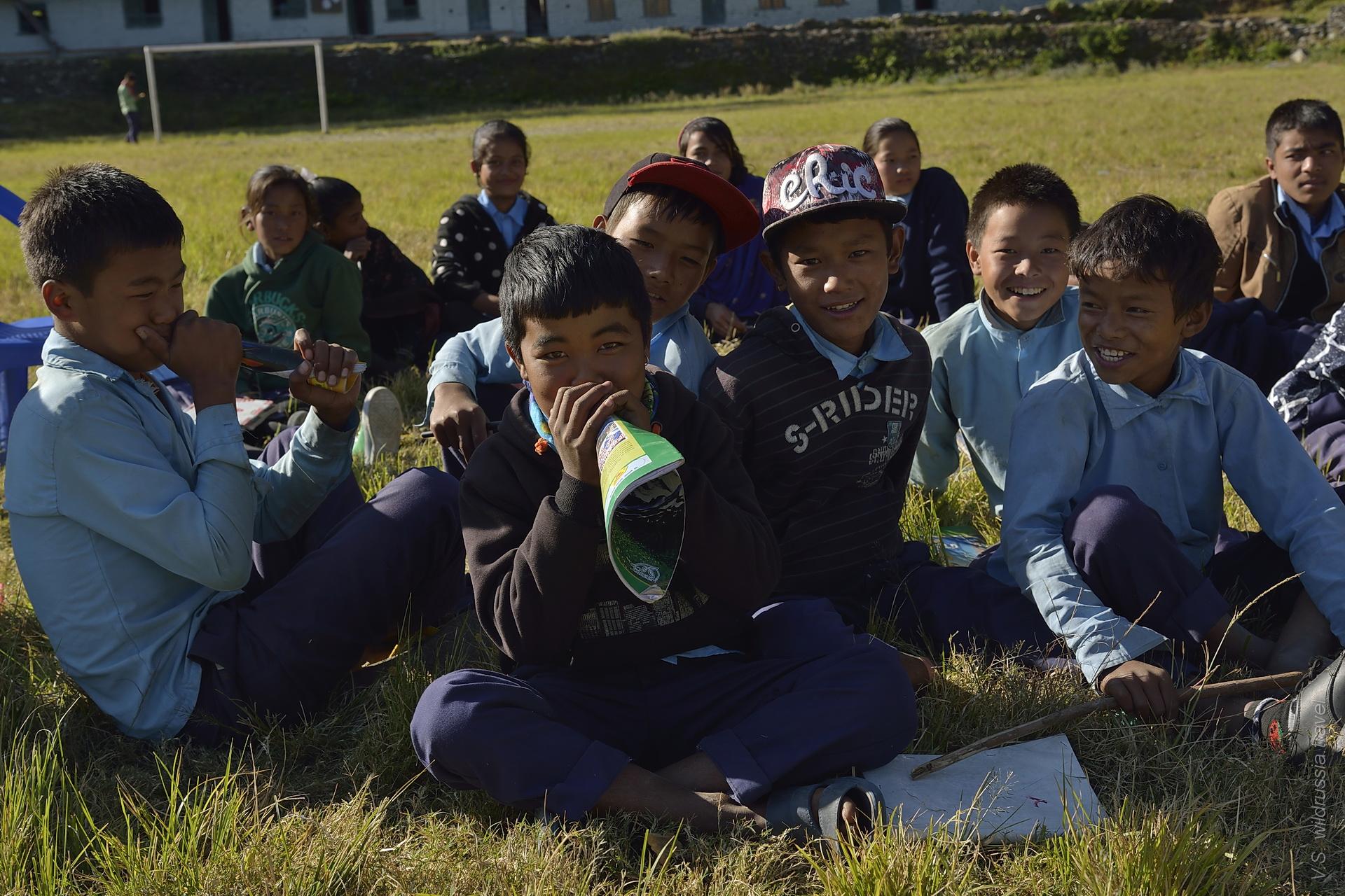 школьники в Непальской деревне
