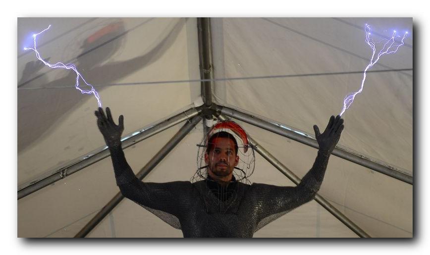 Иллюзионист Дэвид Блэйн в шлеме и кольчуге ловит молнии в миллион вольт