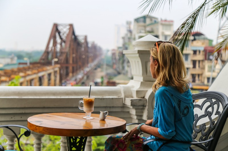 Туплю с кофе и видом на старинный колониальный железнодорожный мост в Ханое