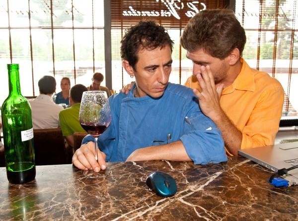 Паоло, шеф-повар ресторана La Veranda дегустирует Каберне Мысхако Гранд-Резерв 2009