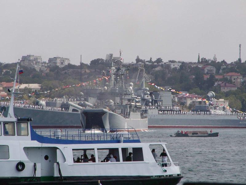 БДК высаживает десант на воду, День ВМФ