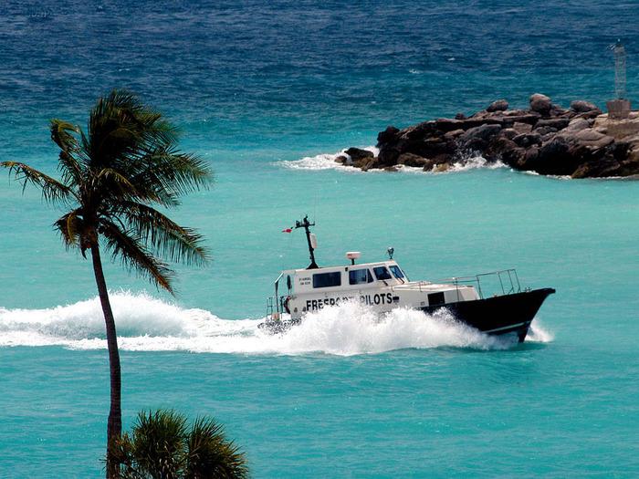 Коварный треугольник находится в атлантике и его вершины - это полуостров флорида, багамские острова и пуэрто-рико
