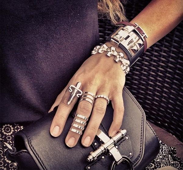 f3cb08e0c793 Их так и называют - кольца Баленсиага. Наконец, в показе Шанель того же  2013 года дизайнер Карл Лагерфельд использует уже, собственно, кольцо на  фалангу, ...