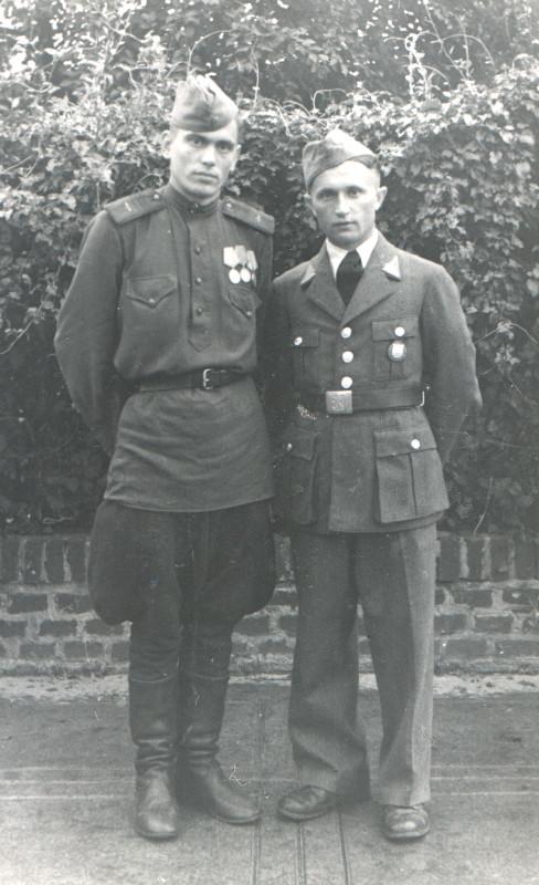 1945-9 мая 1945. Прага. Боец чехослвацкого корпуса приглпсил сфотографироваться.