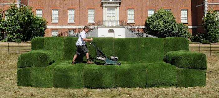 диван из травы в саду