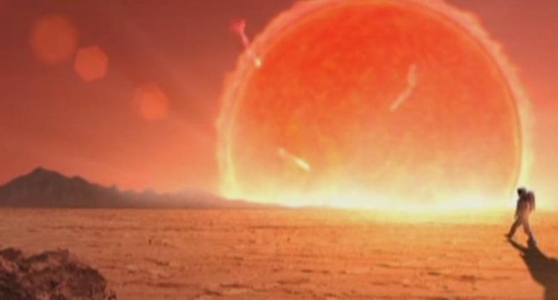 Огромное Солнце, восходящее над горизонтом.