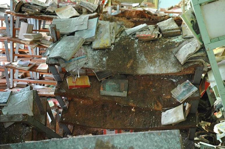 Прогнившие книжные полки библиотеки Припяти