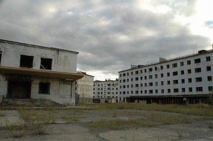 Пустые бетонные коробки