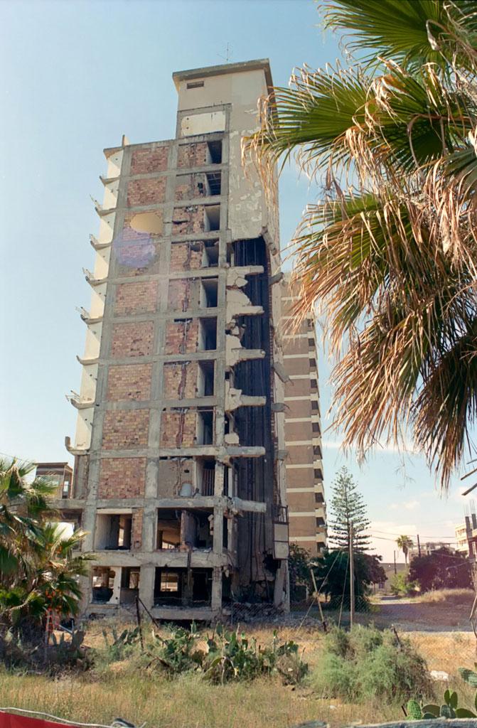 Полуразрушенный отель на фоне пышных пальм