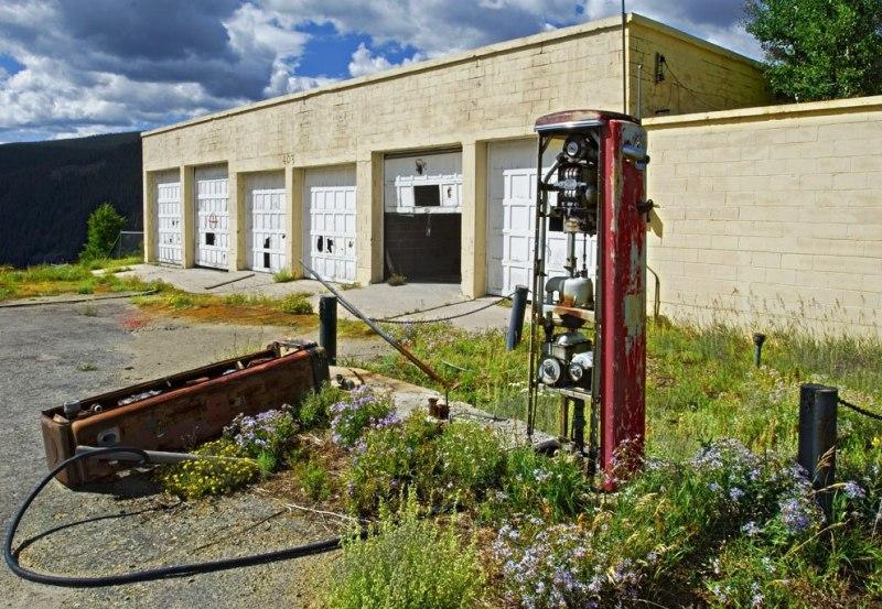 Полуоткрытая дверь заброшенного гаража