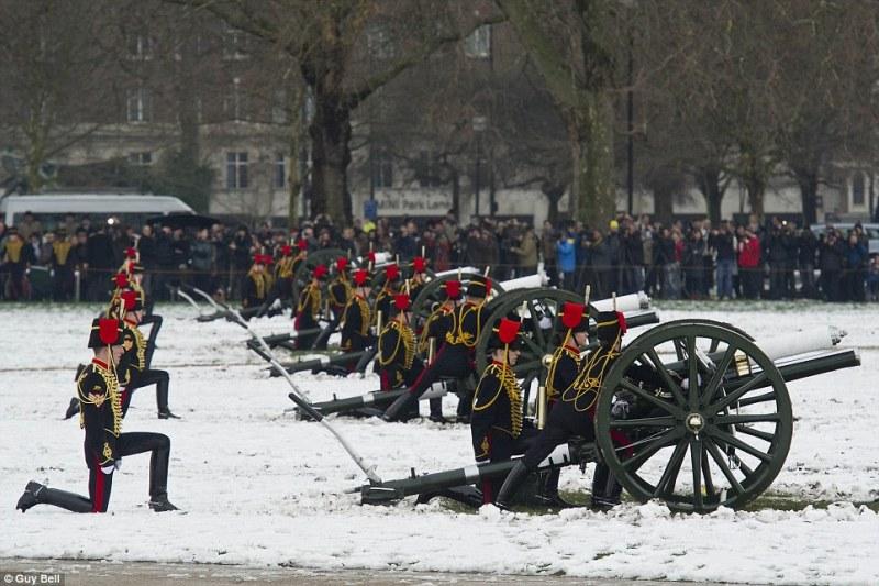 Британская королевская артиллерия даёт залп в честь 60-ти летия королевы