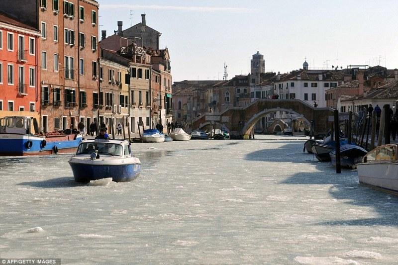 Каналы Венеции покрылись льдом