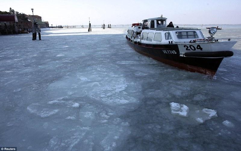 Ледоколы пытаются восстановить транспортную систему Венеции