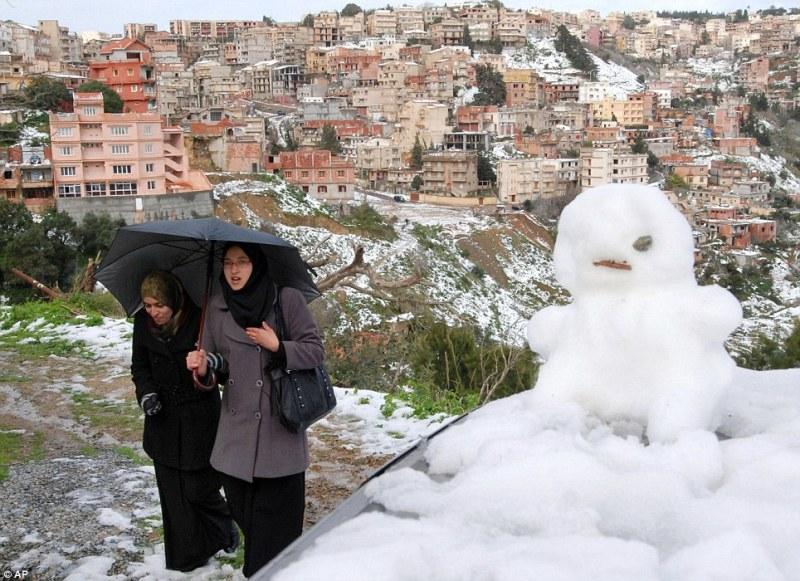 Две алжирские девушки и снеговик
