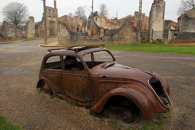 Автомобиль на фоне развалин Орадур-сюр-Глан
