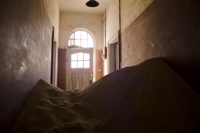Песок, проникающий в заброшенные дома