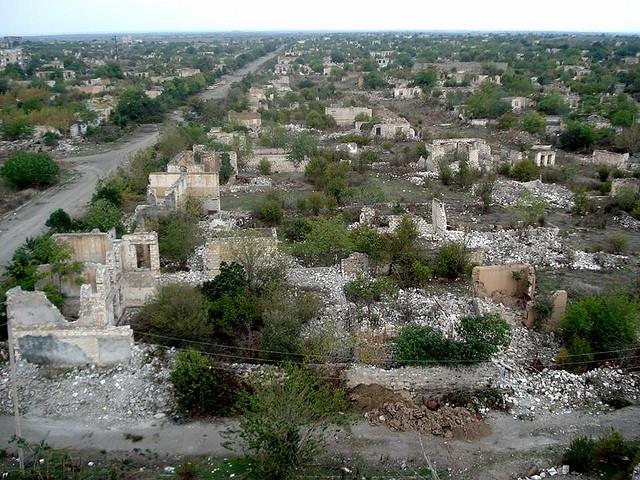 Полуразрушенные кварталы Агдама